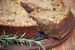 Il castagnaccio è un dolce tipico dell'autunno della nostra cucina. Si prepara con farina di castagna e un ingrediente segreto. Quale?