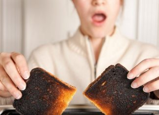 Patate e pane bruciati causano tumori: i consigli per la cucina sana