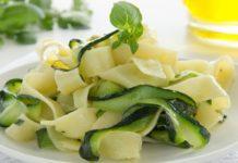 Tagliatelle con zucchine porri e semi di sesamo